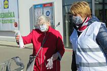 Ve středu 8. dubna od 9 hodin podarovali zástupci Nadačního fondu Jihočeské naděje v Soběslavi desítky lidí dezinfekcí.