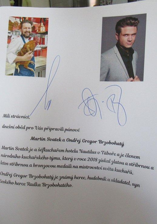 Z návštěvy v táborském DPS Čekanice udělal Martin Svatek s Ondřejem Gregorem Brzobohatým kulinářskou slavnost.