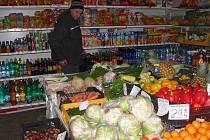 PRODEJNA. Zákazník v obchodě nezíská potřebné informace o ovoci a zelenině.