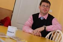 Autistický básník a hudebník Pavel Hlušička přišel na rozhovor s hrníčkem bez ucha (Besuch, z něm. návštěva) a ovsem.