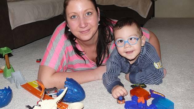 BOJUJÍ S DMO. Pavlína Masopustová s dvouletým Kryštůfkem, který trpí těžkou formou dětské mozkové obrny. Doma jim dělá společnost ještě  šestiletý Jakub.