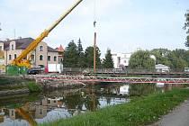 Most přes Lužnici je stržen.