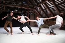 Let me in my footsteps. Tanečníci tří národností představili v divadle Cesta současný tanec.