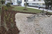 Nově upravený prostore u polikliniky na táborském Sídlišti nad Lužnicí. Lidé oceňují především novou dlažbu a již nyní se těší, až kolem rozkvetou všechny keře a stromy.