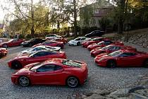 V Chotovinách se zastavili účastníci jízdy Ferrari Castle Tour.