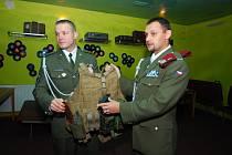 Erik Vondrák a Petr Chvojsík z 42. mechanizovaného praporu v Táboře v táborském Recykle baru ukazují návštěvníkům jakou používají taktickou vestu a jaké na ní nosí vybavení (zleva).