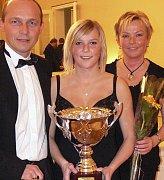 Nejsympatičtějším sportovcem roku 2008 na Táborsku se stala volejbalistka Denisa Holotová. Na snímku s rodiči Dagmar a Petrem.