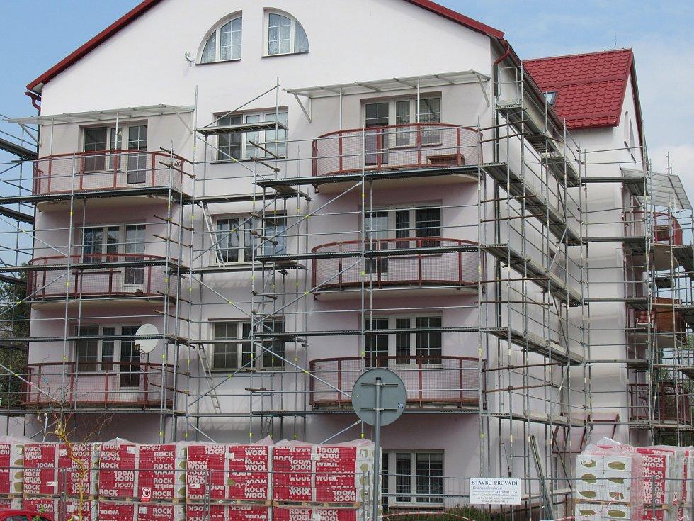Rekonstrukce. Pracovníci zateplují a vyměňují okna na první ze dvou budov DPS Čs. armády.