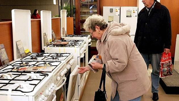 ZVLÁDNU TO. Ačkoli čeští muži jsou vyhlášení kutilové a většinou dokáží sestavit nábytek i bez návodu, odborníci radí zboží bez českého návodu reklamovat.
