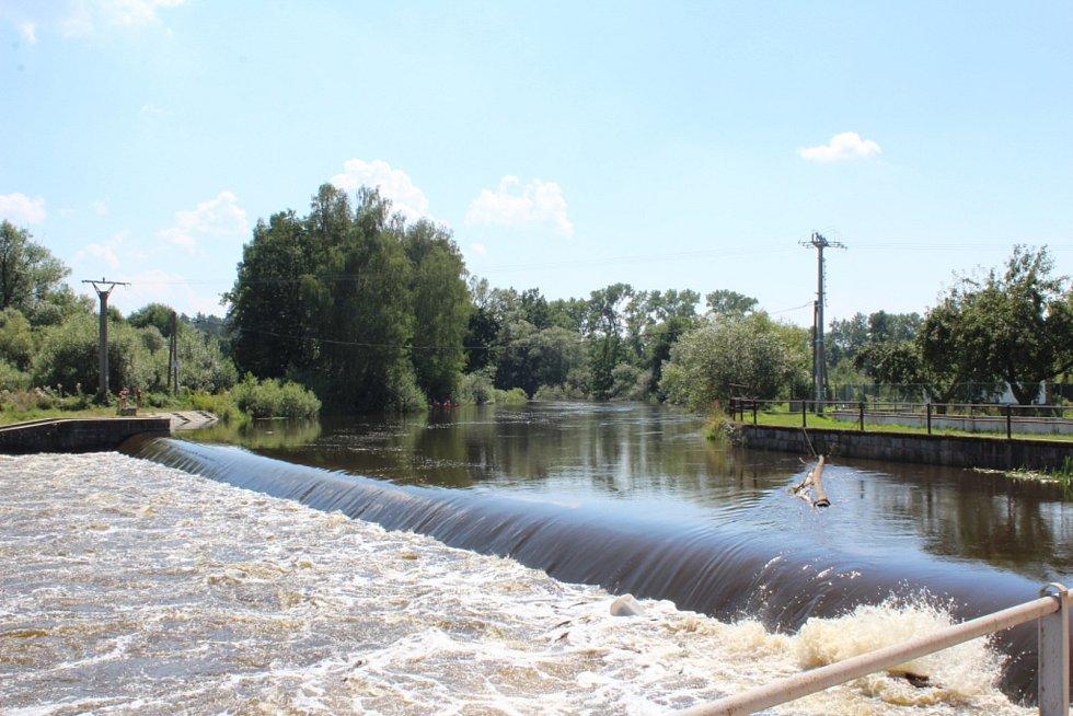 Záchranářské práce na jezu Dráchov v sobotu 8. srpna 2020 odpoledne. Na jezu v obci nedaleko Soběslavi na Táborsku se zvrhli dva vodáci. Stále přitom po řece připlouvali další vodáci. Ti obezřetní jez přenášeli. O síle řeky svědčil kmen, který vodní válec