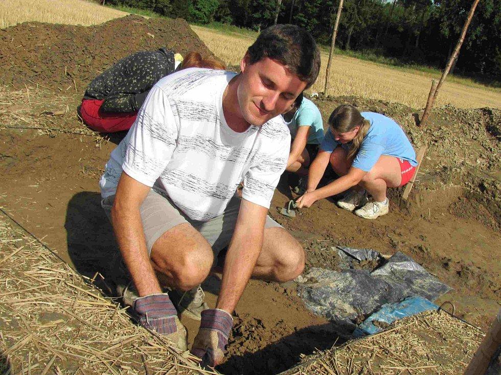 Studenti zkoumají pole v Březnici.