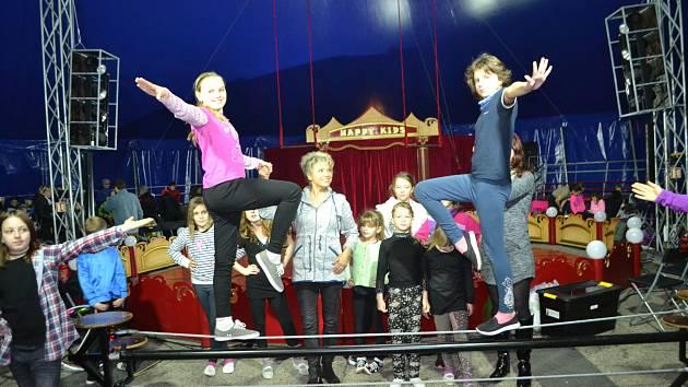 Děti si vyzkoušely život pod cirkusovým šapitó.