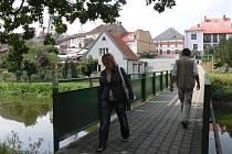 Veselí nad Lužnicí leží na soutoku dvou řek. Rozvodněním hrozí Lužnice (na snímku lávka přes Lužnici u kulturního domu) i Nežárka.