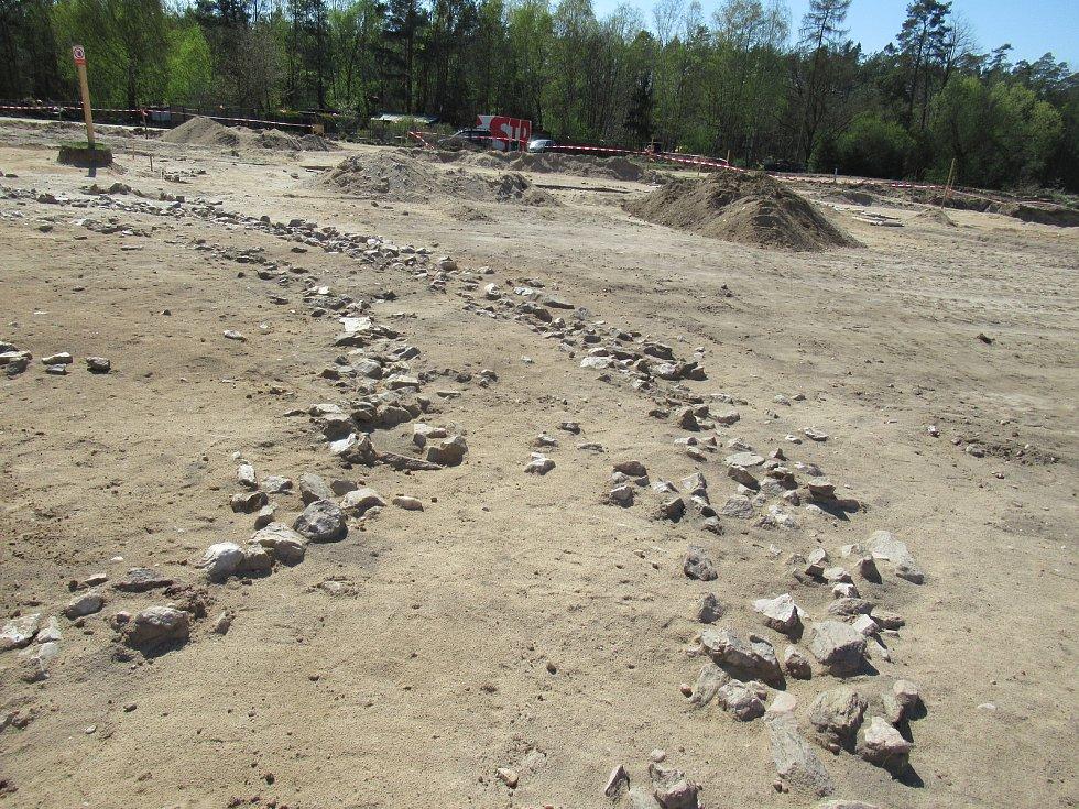 Zatím jsou práce na začátku, archeologický tým Husitského muzea pod vedením Jiřího Bumerla včetně archeotechnika Petra Pince čistí nálezy od ornice a původního terénu.