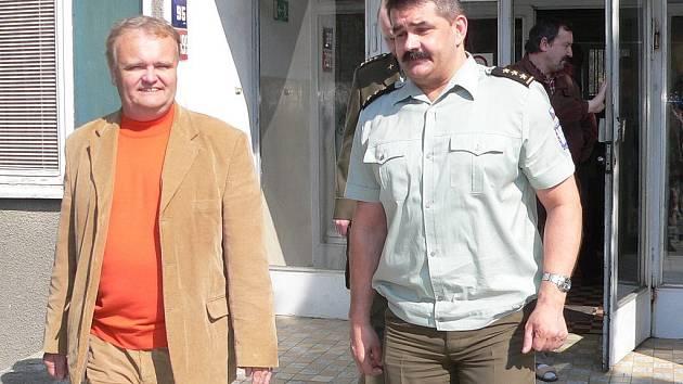 Plukovník Jiří Neubauer (vpravo) provedl poslance Františka Dědiče zrekonstruovanou vojenskou ubytovnou na Pražském sídlišti.