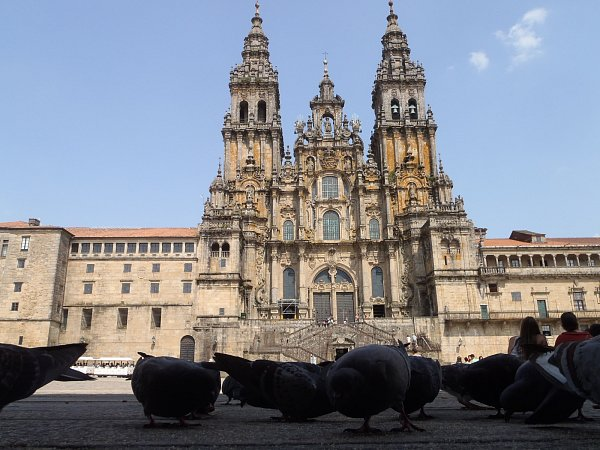 KATEDRÁLA. Španělská katedrála vSantiagu, kníž ročně míří tisíce poutníků zcelého světa a rozjímají před ní dlouhé hodiny. ZČeské republiky je vzdálená tři tisíce kilometrů.