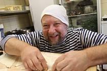 Zabalit taštičku zvládne Petr Jachnin už i poslepu. Celkem vyzkoušel přes 400 druhů a inspiraci na náplně sbírá po celém světě. Například v čínských taštičkách se objevuje zelenina s vajíčkem či masem, v malajských převažuje sladkopálivá chuť.