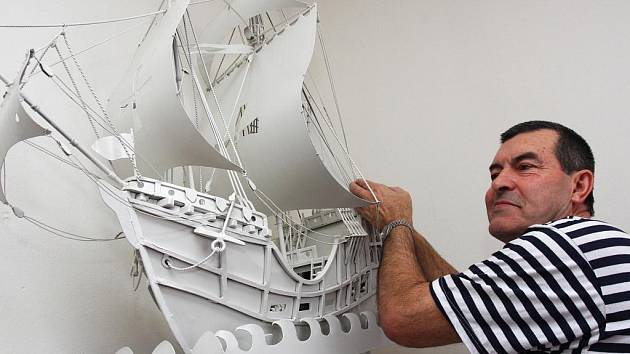 Sběratel Jaroslav Gūthner věnoval  bílou plachetnici Santa Maria Kryštofa Kolumba své manželce. Nyní slavná loď  vévodí domácímu přístavu, který je sběrateli nejbližší.