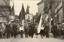 Oslavy prvního máje v 50. letech minulého století.