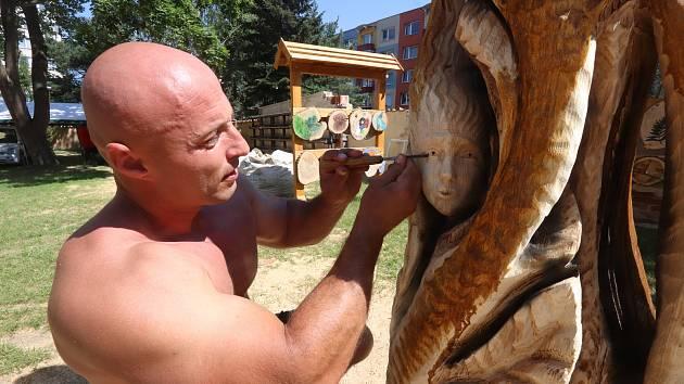 Na zahradě Galerie Fara a na břehu Farského rybníka mohou lidé celý týden obdivovat práci uměleckých řezbářů.