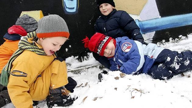 Na souvislou vrstvu sněhu si budou muset příznivci zimích radovánek ještě počkat.