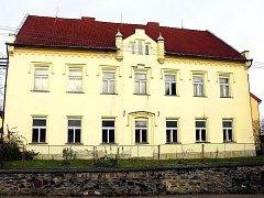 Omítka školy, která je téměř století a půl stará, je udržovaná. Obec chce objekt využít k relaxaci a odpočinku.