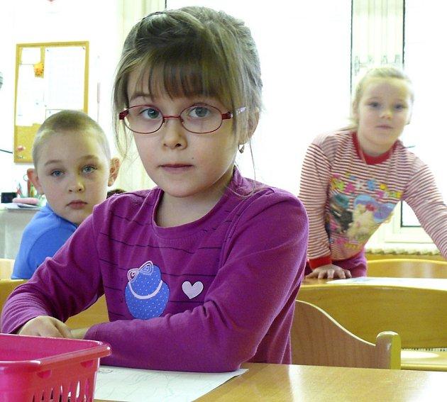 Při kreslení  rozvíjí děti svoji motoriku, učí se správně držet tužku a nad obrázkem poté společně diskutují.