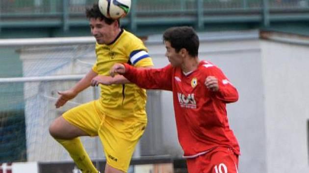 Milan Barteska (ve žlutém) stále umí převyšovat podstatně mladší protihráče.