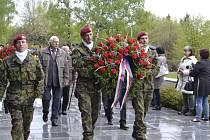 Vojáci položili věnce k pomníku obětí války.
