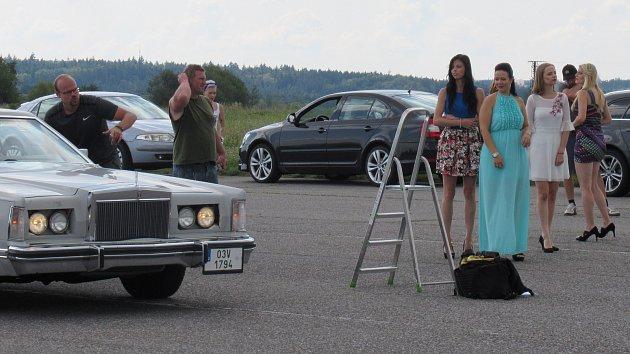 OBRAZEM: Krásné dívky a vozy se setkaly pro dobrou věc