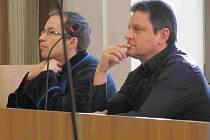 Josef Steinz (vpravo) u soudu.