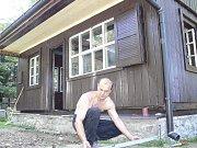 POSLEDNÍ ÚPRAVY. Ještě před slavnostním otevřením znovuzrozené staré české poštovny ze Sněžky se v areálu kempu Javorová skála dolaďovalo.