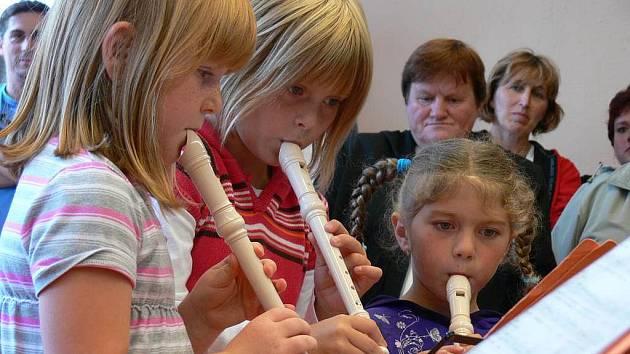 Malé flétnistky zahrály v nové třídě mateřské školy.