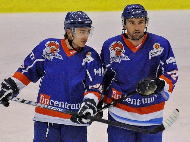 V první formaci HC Tábor opět nechybějí Milan Kostourek s Janem Kudrnou (zleva).