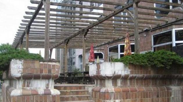 Také terasa u kulturního domu by si zasloužila lepší vzhled i využití.