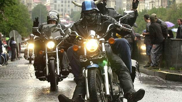 Mluvčí táborské policie Miroslav Doubek uvedl, že motorkáři celkově jsou skutečným problémem silnic. Od novely zákona si policisté slibují zklidnění jejich pirátského chování.