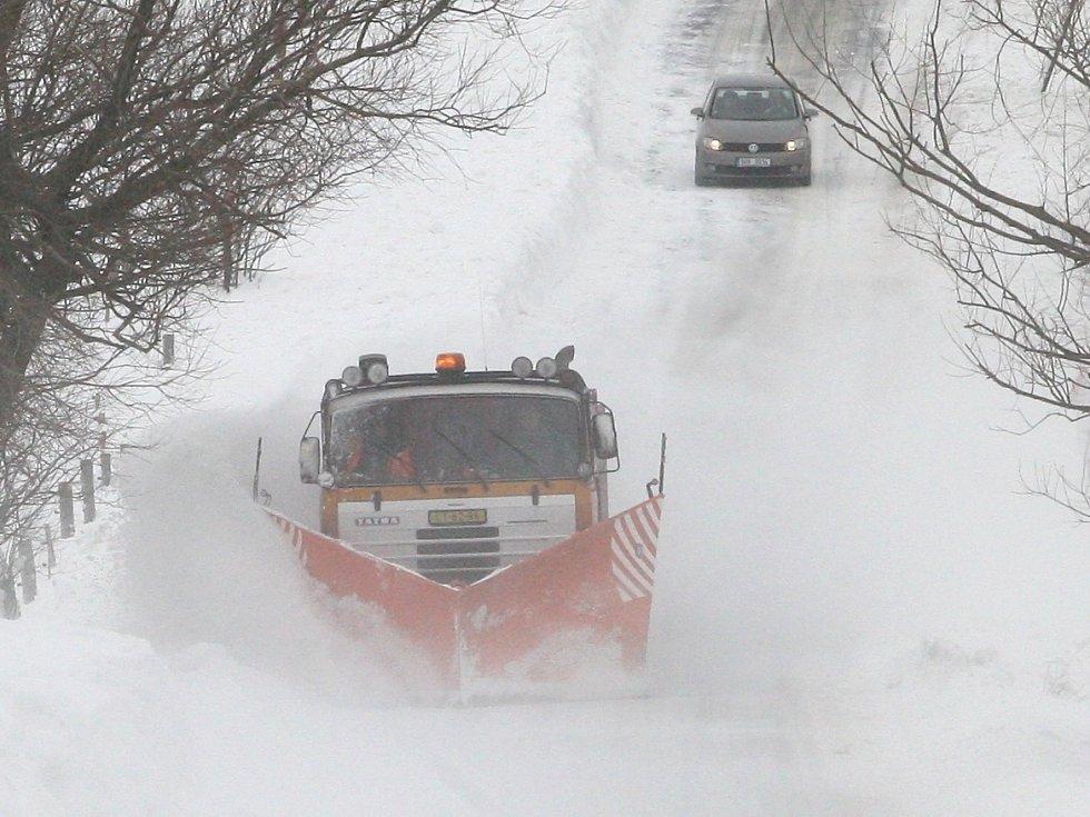Sníh komplikuje dopravu.
