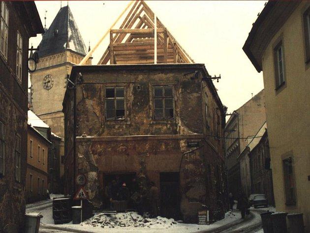 Jako většina domů Starého města Tábora býval i objekt čp. 107  ve velmi neutěšeném stavu.  Zachránila ho rekonstrukce v 90. letech a dnes už se  za svou podobu už stydět nemusí.