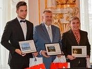 Martin Hošek (vlevo) při přebírání ocenění za 1. místo v soutěži mladých fotografů.