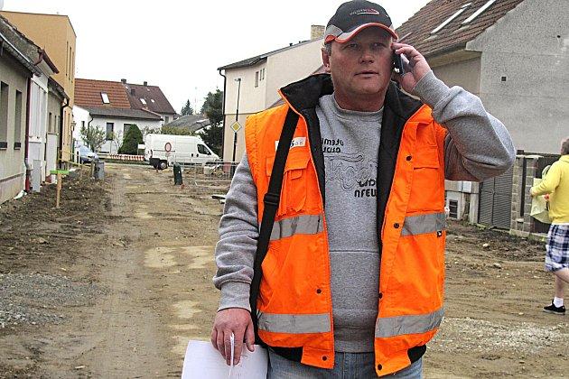 KOMPLIKACE. Sezimoústecká Táborská ulice dělá stavbyvedoucímu Romanu Kalajovi těžkou hlavu.  Zatím si ale na prodlužování termínu obyvatelé ulice moc nestěžují.