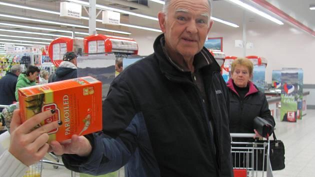 Jeden z dobrovolných dárců, který sbírku podpořil v Kauflandu.