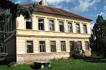 Vymlácená okna, padající omítka. Škola pýchou Horusic už bohužel není.