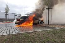 Požár Mercedesu v Plané nad Lužnicí je zatím bez stanovené příčiny.