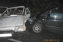 PŘI NEHODĚ. Při srážce dvou aut u Lejčkova se zranily čtyři osoby, dvě lehce, dvě těžce.