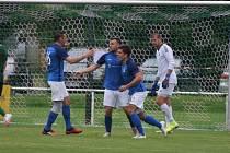 Z druhého gólu v Rokycanech se zleva v modrém radují Jan Šimák, střelec David Neužil a autor první branky zápasu Marek Novák.