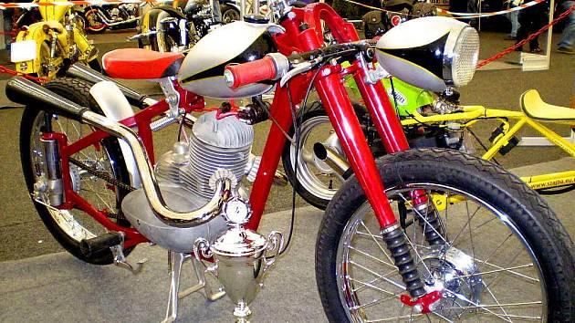 Motocykl Tomáše Pitlika s pohárem.