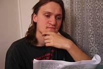 DIVADÉLKO MÚZIKA. David Schůrek (19) studuje scénář recitačního pásma Světlo v lidech přebývá.