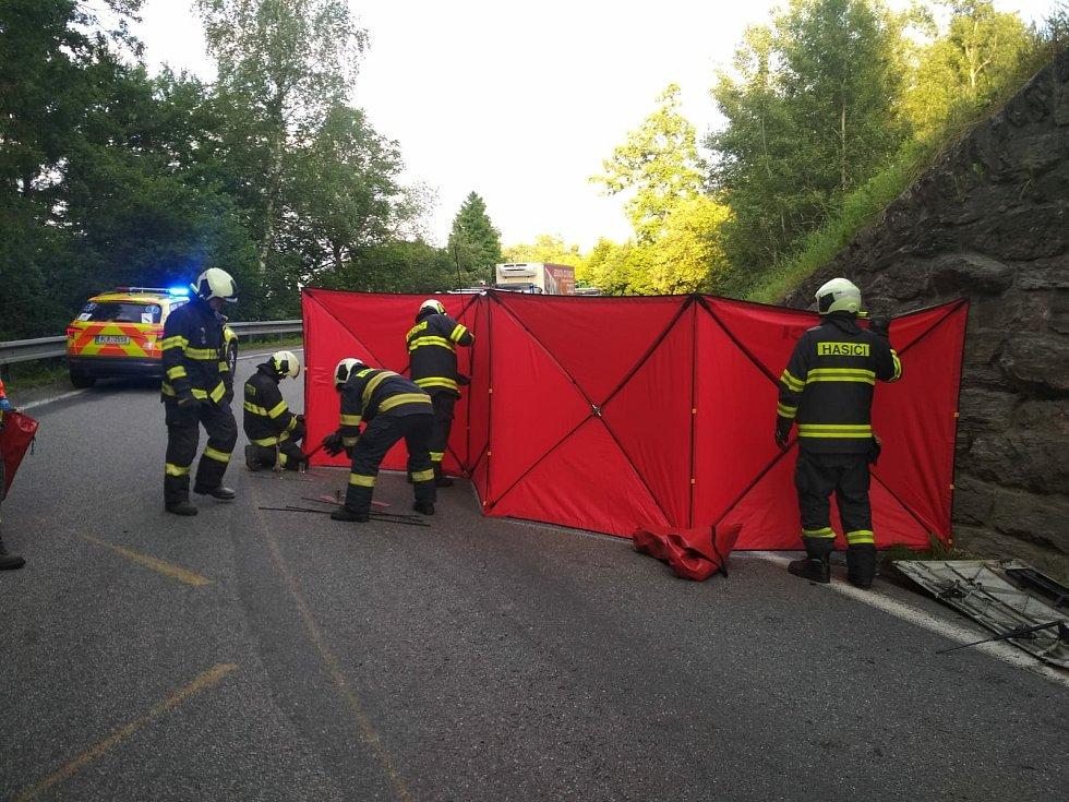 Při tragické nehodě kamionu zemřeli dva lidé.