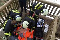 """Na svákovské rozhledně nalezli hasiči zraněného """"návštěvníka""""."""