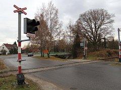 Železniční přejezd se nachází jen pár metrů od rychlostní čtyřproudé komunikace.